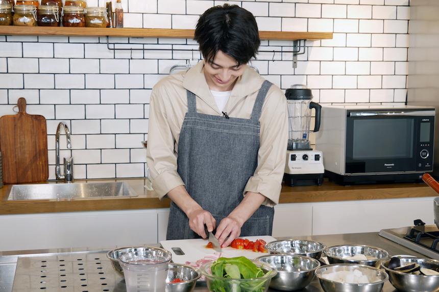 【#おうちでフィリピン】俳優の高杉真宙さんがフィリピン料理にチャレンジ!【Vol.2 ポークシニガン編】
