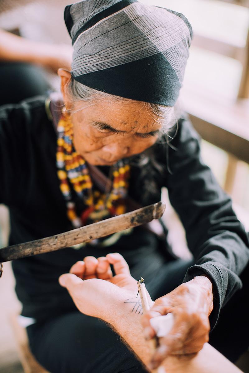 カリンガ民族(伝統的なタトゥー師)