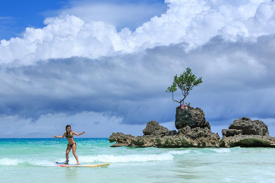ホワイトビーチでサーフィン